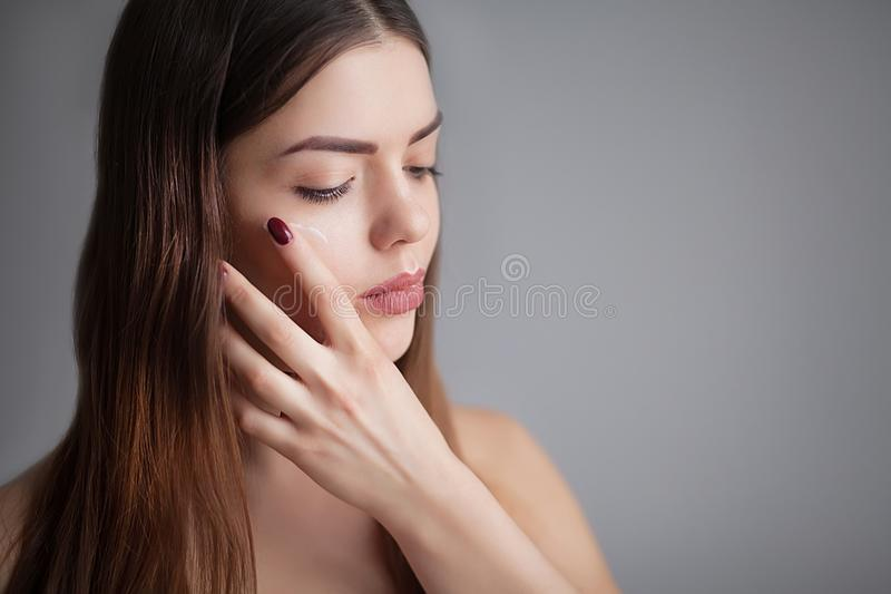 Mujer joven hermosa con la piel fresca limpia Ciérrese encima del retrato Modelo de moda Girl Face Piel perfecta Maquillaje profe fotografía de archivo