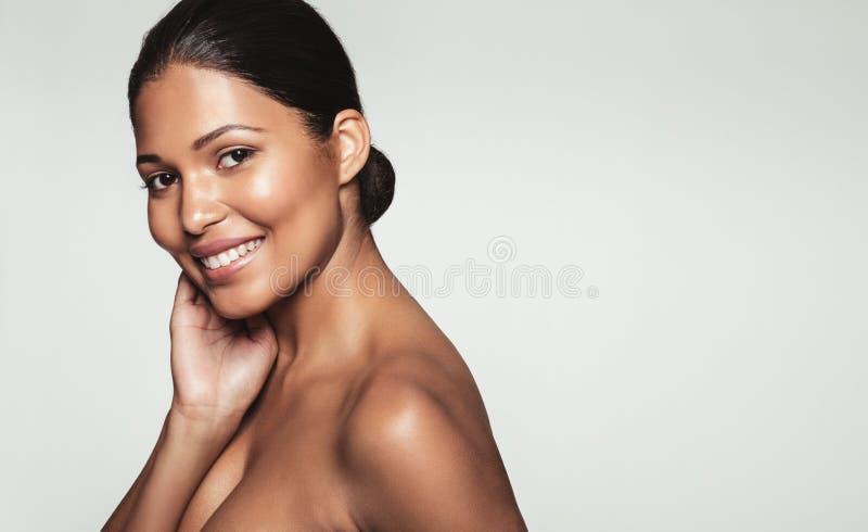 Mujer joven hermosa con la piel limpia imágenes de archivo libres de regalías