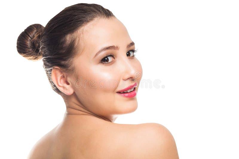Mujer joven hermosa con la piel perfecta limpia El retrato del modelo de la belleza con natural compone Balneario, cuidado de pie foto de archivo