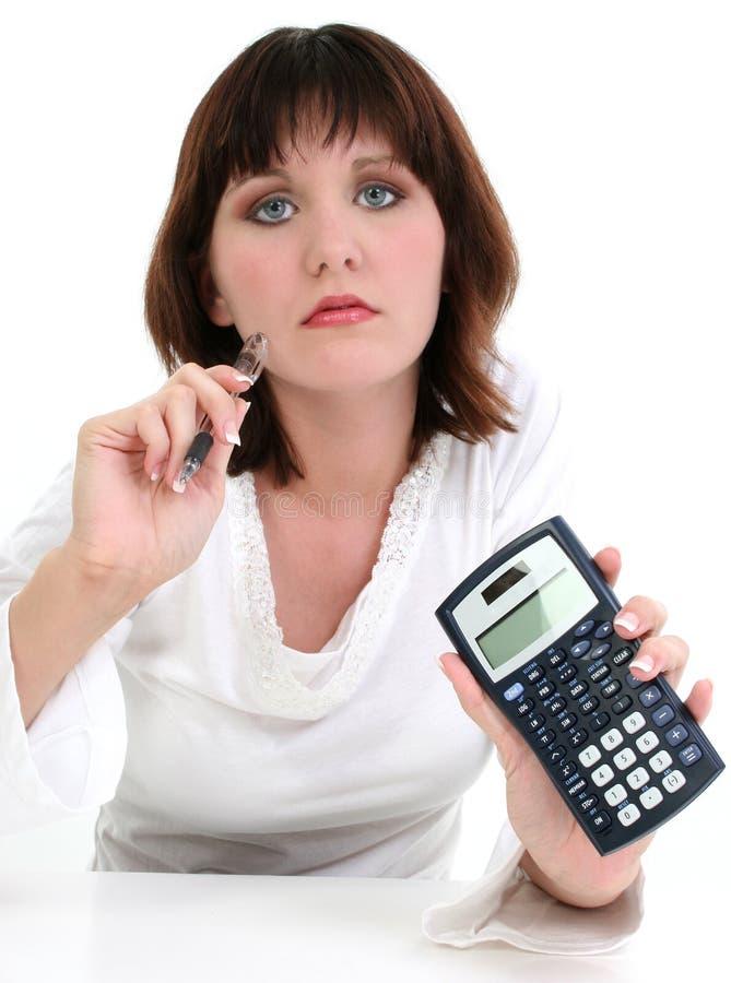 Mujer joven hermosa con la pluma y la calculadora de la tinta foto de archivo libre de regalías