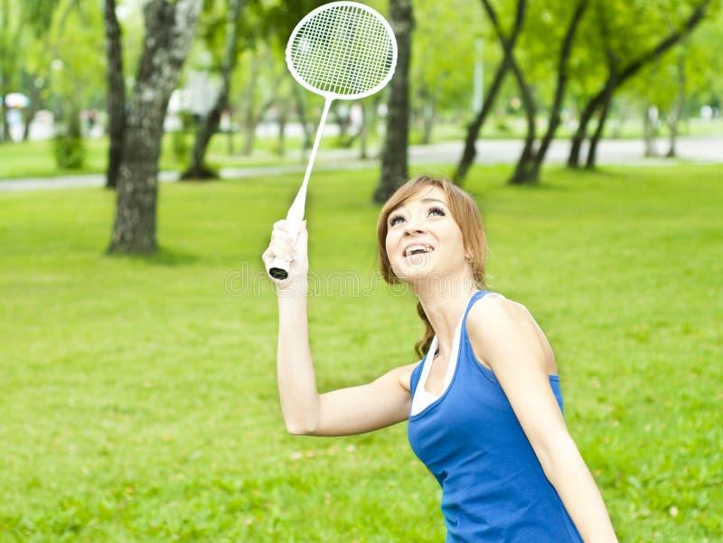 Mujer joven hermosa con la raqueta de bádminton fotografía de archivo