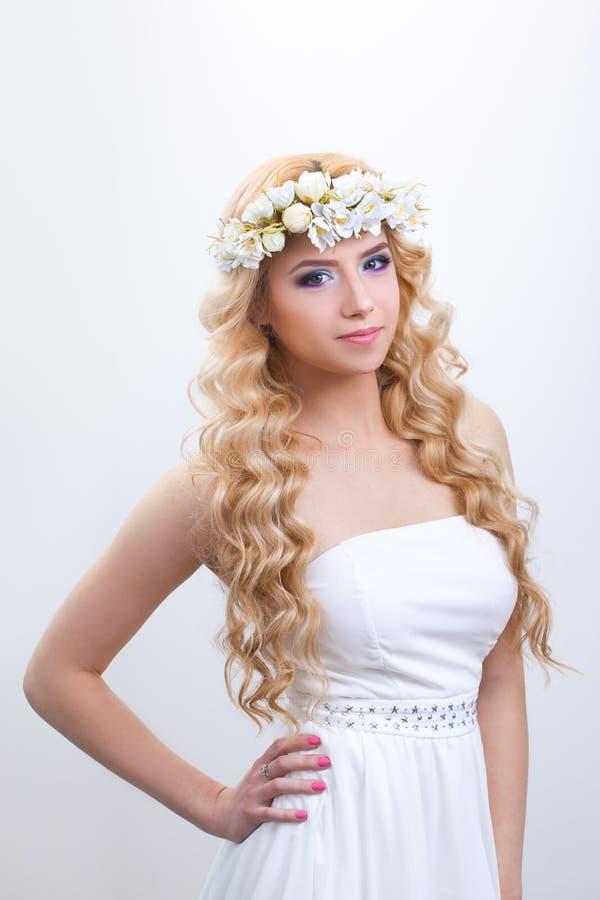 Mujer joven hermosa con las flores delicadas adentro fotos de archivo