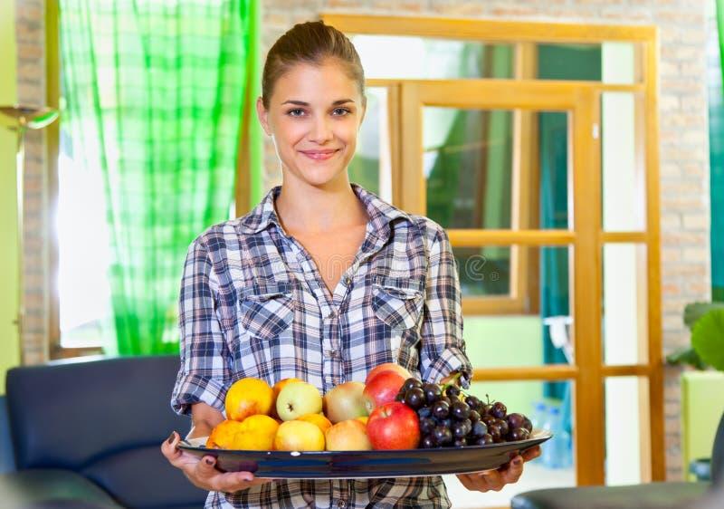Mujer joven hermosa con las frutas fotografía de archivo libre de regalías