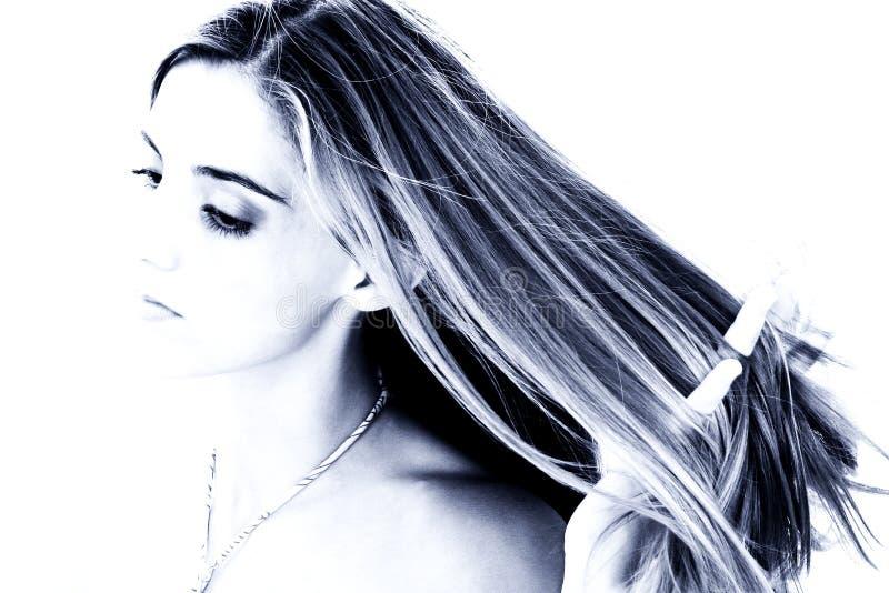 Mujer joven hermosa con las manos en pelo imagen de archivo libre de regalías