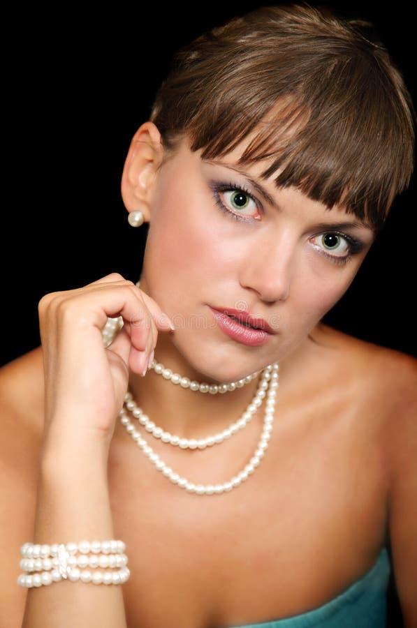 Mujer joven hermosa con las perlas imagen de archivo libre de regalías