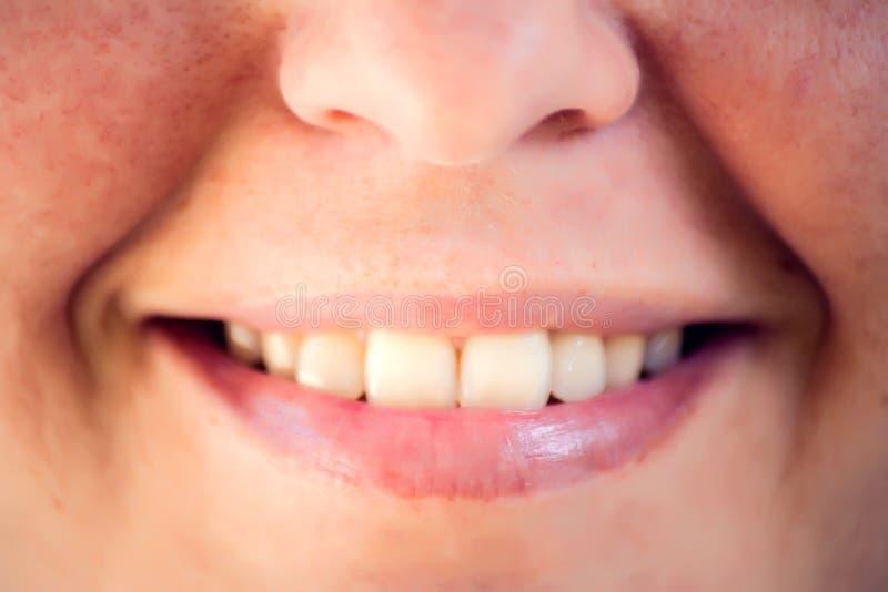 Mujer joven hermosa con los dientes sanos en el fondo blanco Ci?rrese encima de tiro fotografía de archivo
