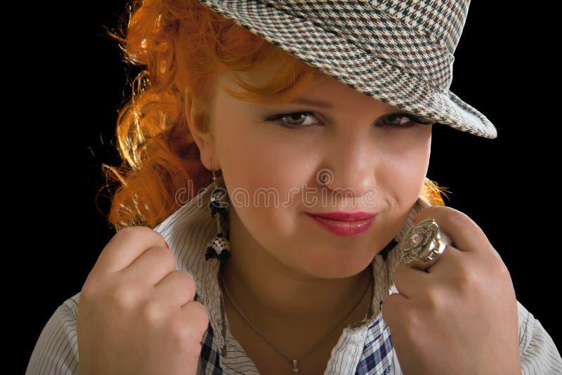 Mujer joven con los pelos rojos en sombrero del sombrero de ala imagenes de archivo