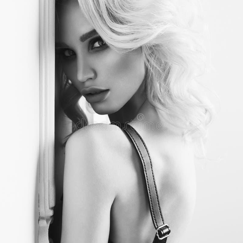 Download Mujer Joven Hermosa Con Maquillaje Brillante Imagen de archivo - Imagen de hairstyle, lindo: 100528313