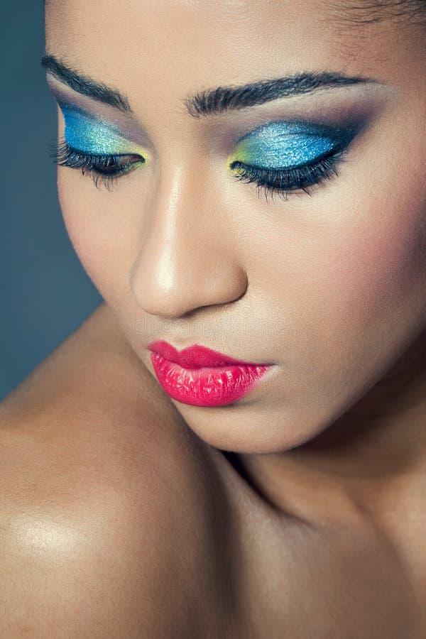 Mujer joven hermosa con maquillaje colorido fotografía de archivo libre de regalías