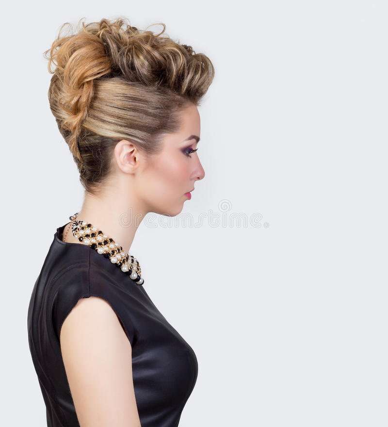 Mujer joven hermosa con maquillaje de la tarde y el peinado del salón Ojos ahumados Peinado complicado para el partido fotos de archivo