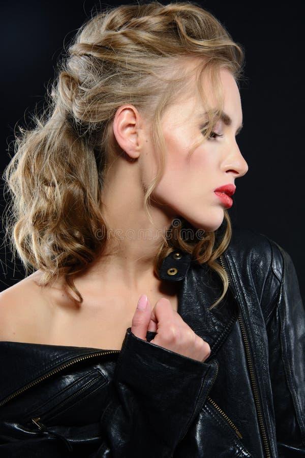 Mujer joven hermosa con maquillaje de la tarde y pelo rubio largo foto de archivo