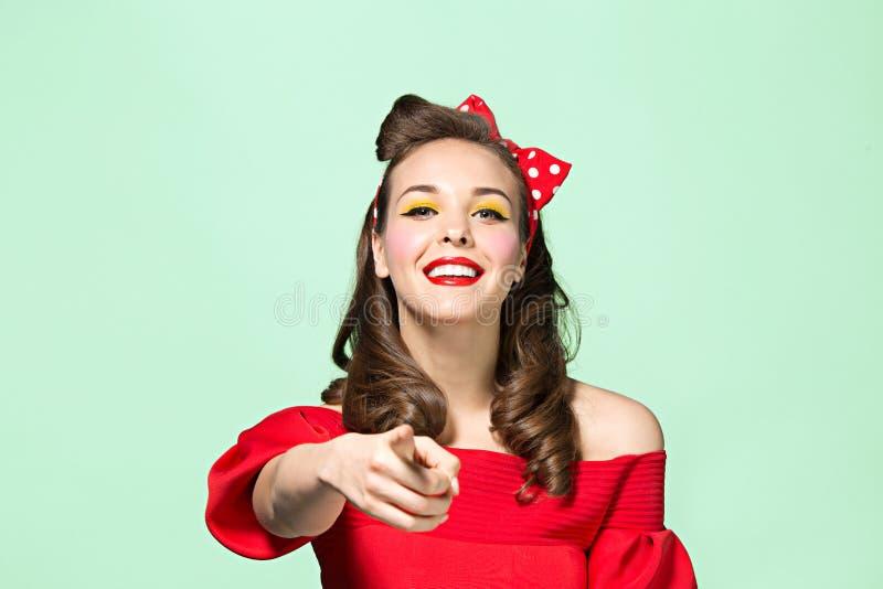 Mujer joven hermosa con maquillaje modelo y el peinado Estudio tirado en el fondo blanco fotografía de archivo