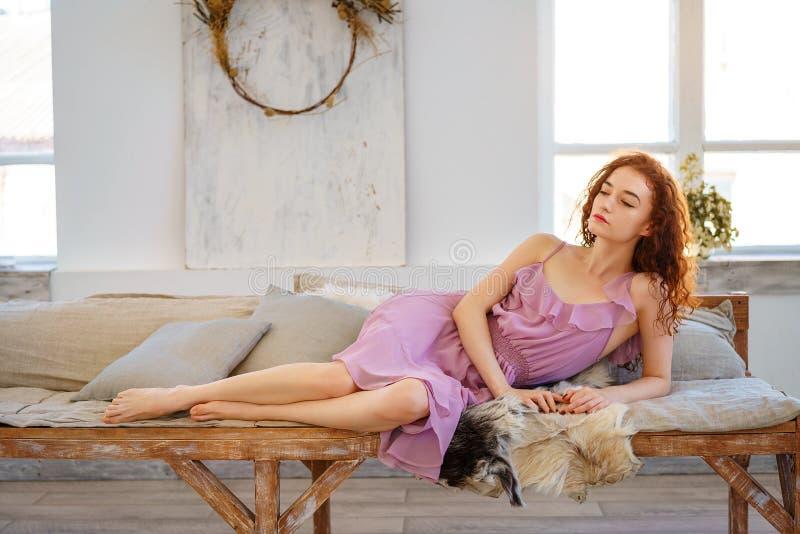 Mujer joven hermosa con sentarse rojo del pelo triste fotos de archivo libres de regalías