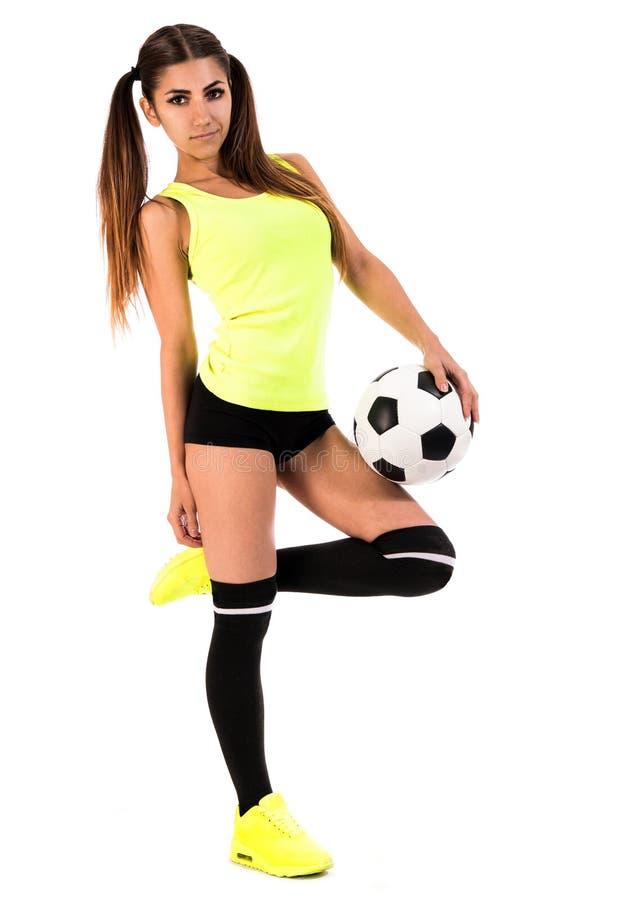 Mujer joven hermosa con un fútbol imagenes de archivo