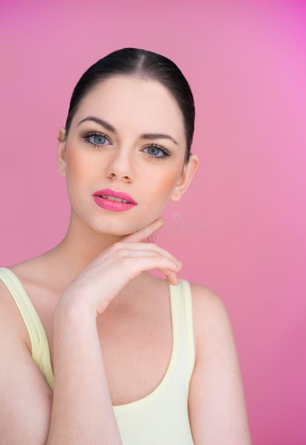 Mujer joven hermosa con una expresión desconcertada imagen de archivo