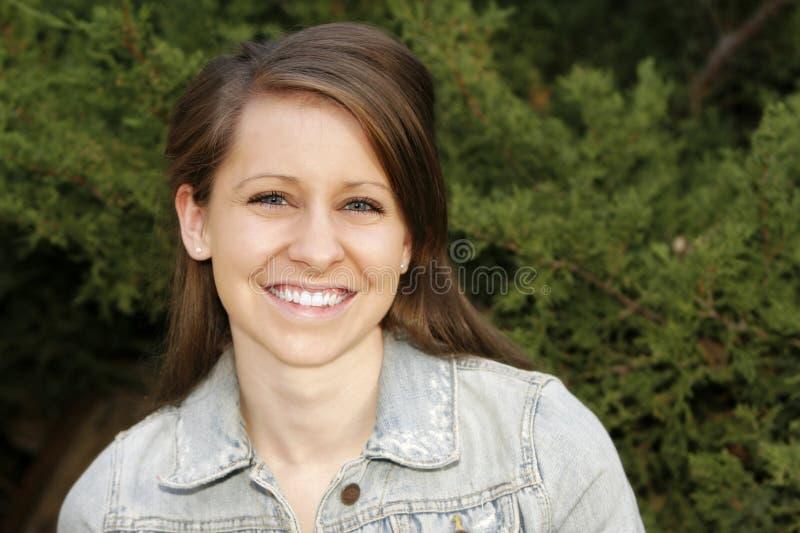 Mujer joven hermosa con una sonrisa grande fotos de archivo