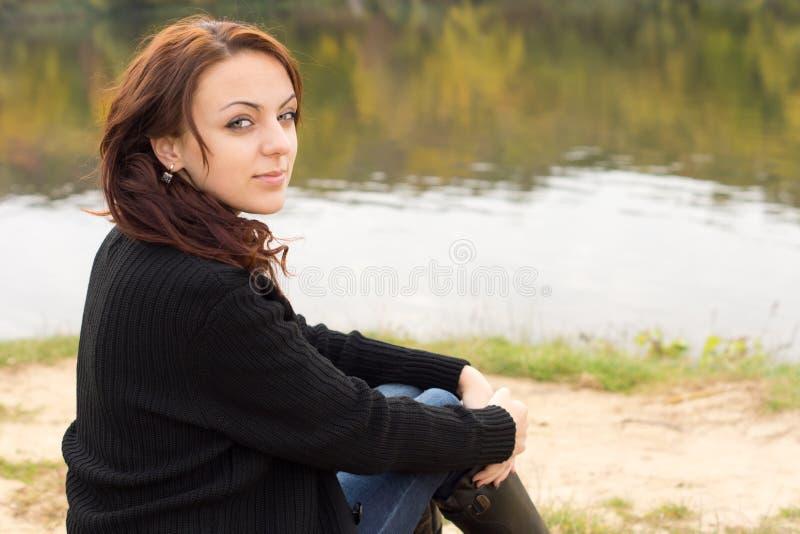 Mujer joven hermosa con una sonrisa serena foto de archivo