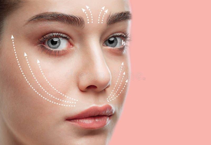 Mujer joven hermosa Concepto de la cirugía plástica imagenes de archivo