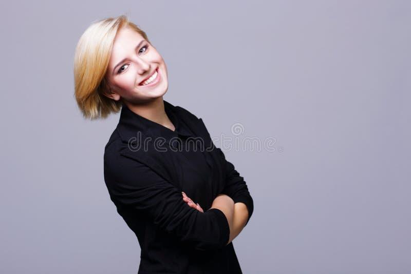 Mujer joven hermosa confiada con los brazos doblados fotos de archivo