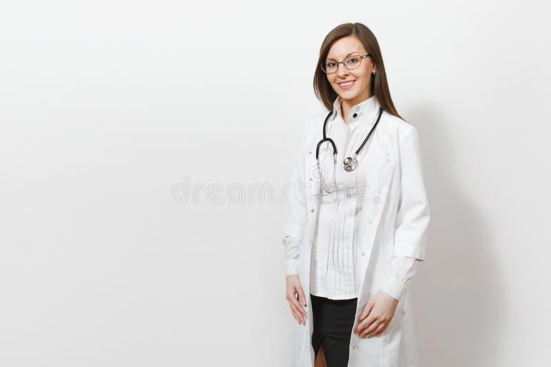 Mujer joven hermosa confiada sonriente del doctor con el estetoscopio, vidrios aislados en el fondo blanco Doctor de sexo femenin fotografía de archivo libre de regalías