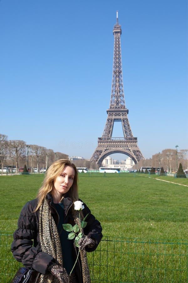 Mujer joven hermosa contra d'Eiffel del viaje Francia, París foto de archivo