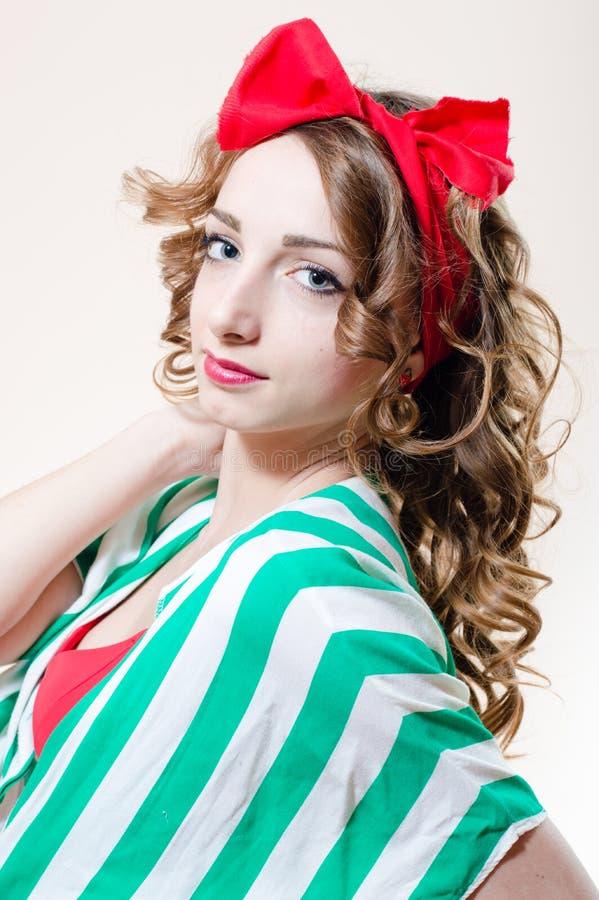 Mujer joven hermosa de la muchacha modela con los labios rojos y un arco en su cabeza que mira la imagen del retrato del primer d imagen de archivo