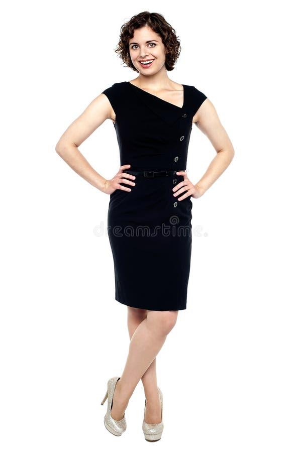 Mujer joven hermosa de la sensualidad en alineada negra imagen de archivo