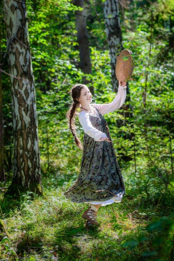 Mujer joven hermosa de una bruja con una pandereta foto de archivo libre de regalías