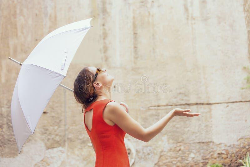 Mujer joven hermosa debajo del paraguas blanco fotografía de archivo libre de regalías