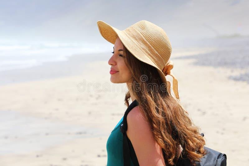Mujer joven hermosa del caminante que disfruta de su viaje Vista lateral de la muchacha del viajero que mira delante de su paisaj foto de archivo libre de regalías