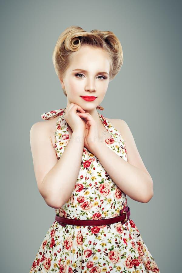 Mujer joven hermosa del contacto-para arriba Muchacha atractiva foto de archivo
