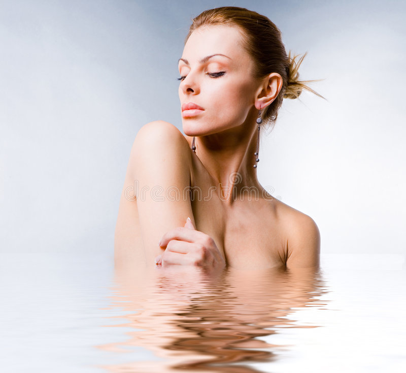 Mujer joven hermosa del retrato en el agua fotografía de archivo