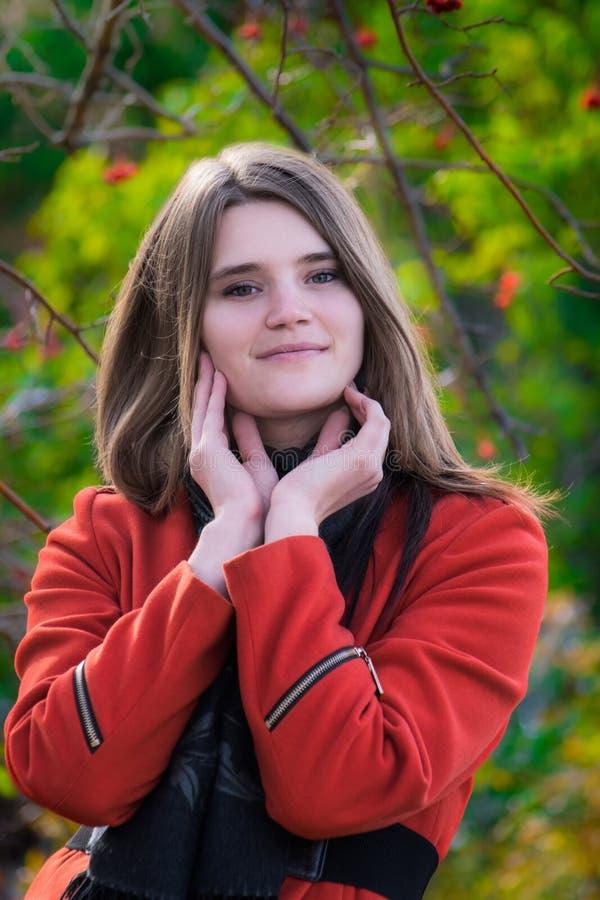 Mujer joven hermosa del retrato en una buena sonrisa del humor imágenes de archivo libres de regalías