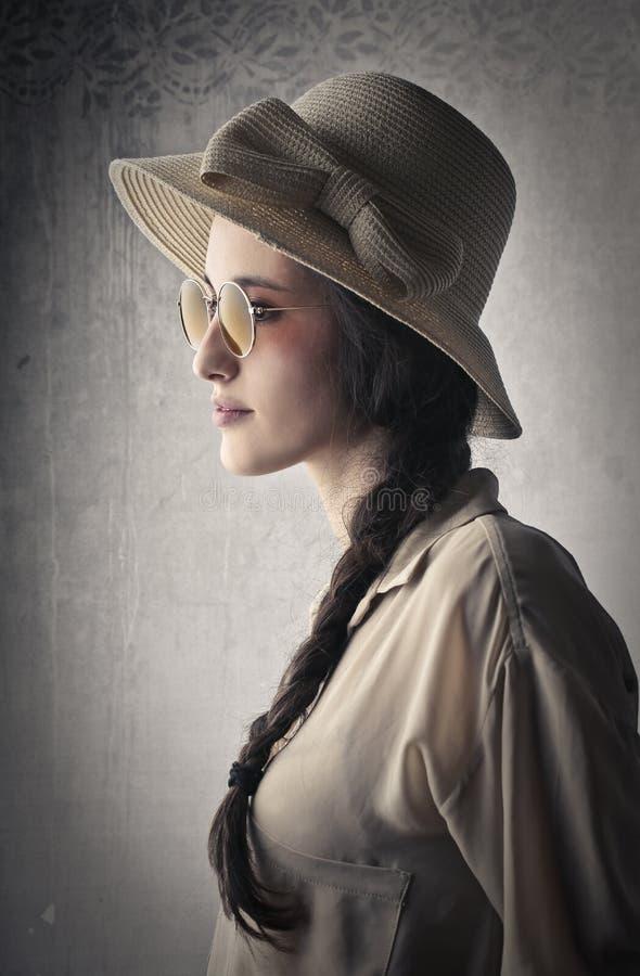 Mujer joven hermosa del vintage foto de archivo libre de regalías