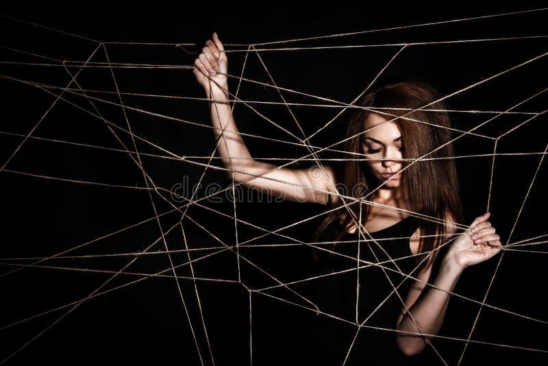 Mujer joven hermosa detrás de la red de cuerdas imágenes de archivo libres de regalías
