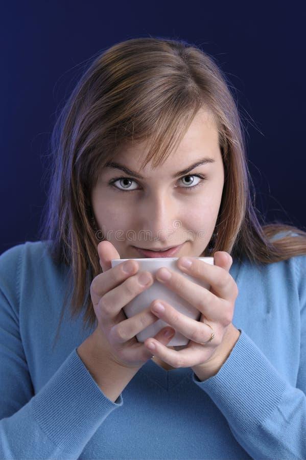 Mujer joven hermosa drining una taza de café foto de archivo libre de regalías