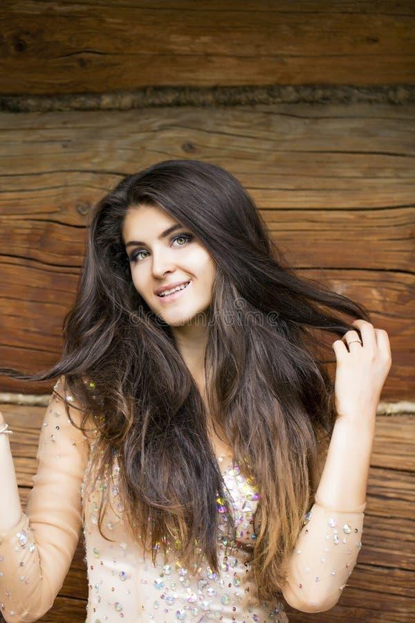 Mujer joven hermosa en alineada atractiva imagen de archivo libre de regalías