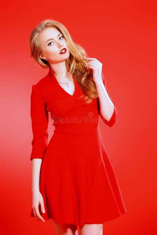 Mujer joven hermosa en alineada roja imágenes de archivo libres de regalías