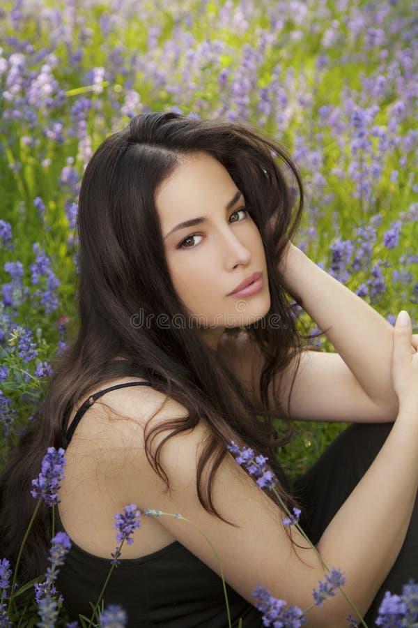 Mujer joven hermosa en campo de la lavanda fotos de archivo libres de regalías