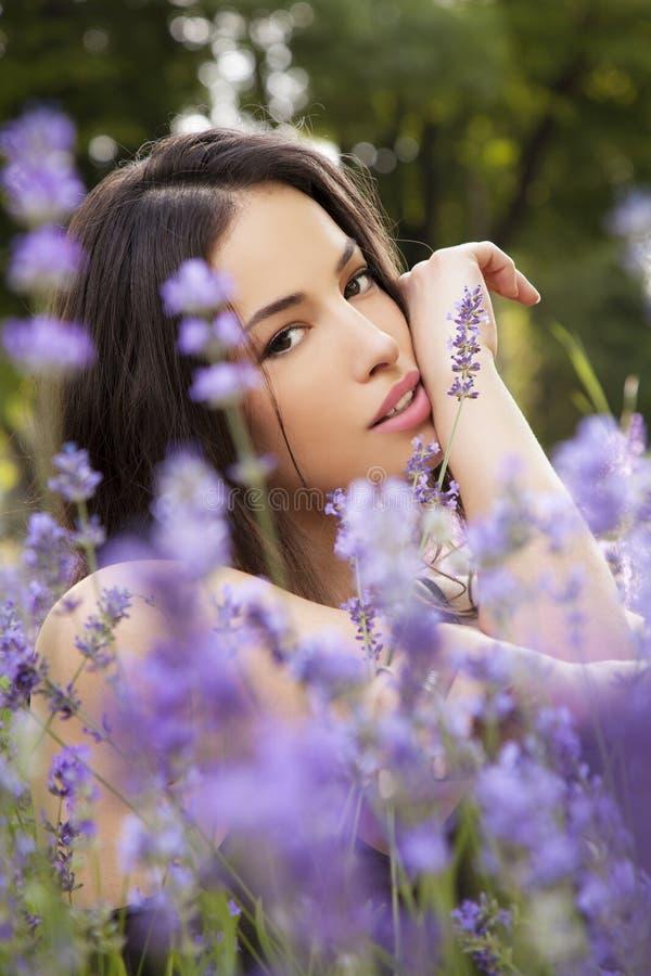 Mujer joven hermosa en campo del lavander foto de archivo
