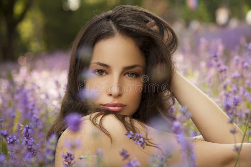 Mujer joven hermosa en campo del lavander imagen de archivo