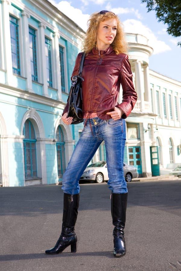 Mujer joven hermosa en chaqueta imágenes de archivo libres de regalías