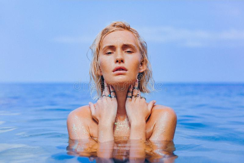 Mujer joven hermosa en cierre de la agua de mar encima del retrato sensual foto de archivo