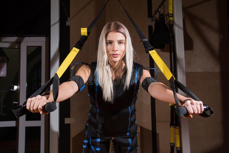 Mujer joven hermosa en el estímulo muscular eléctrico fotos de archivo