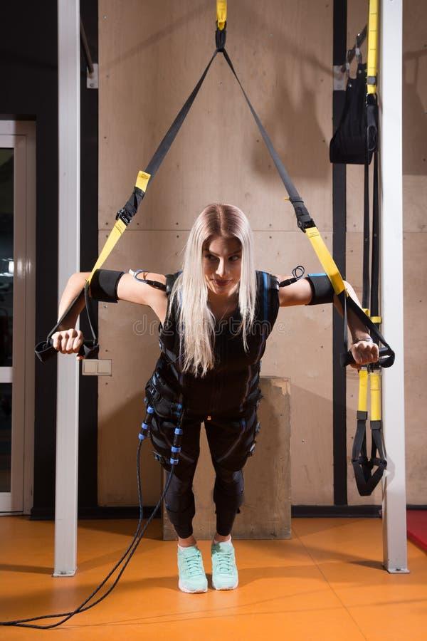 Mujer joven hermosa en el estímulo muscular eléctrico foto de archivo