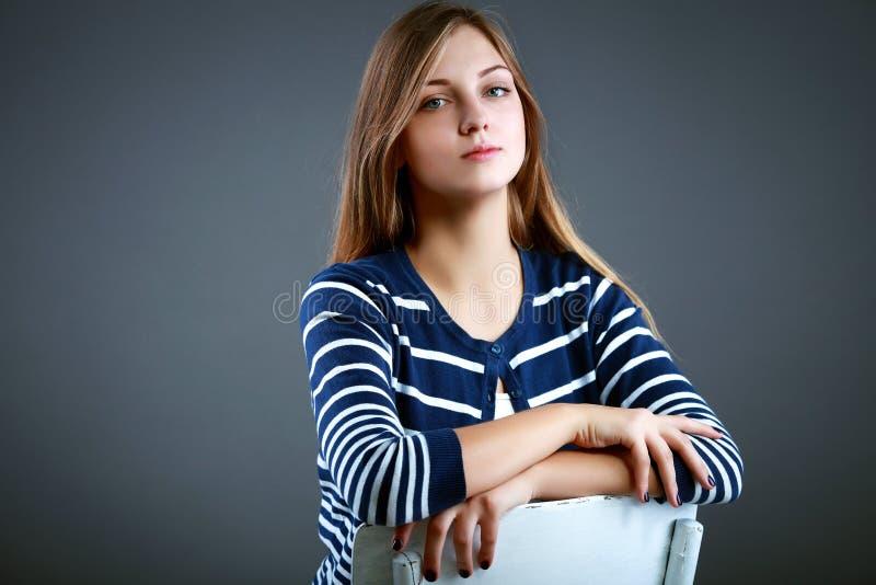 Mujer joven hermosa en el estudio que mira la cámara imagen de archivo libre de regalías