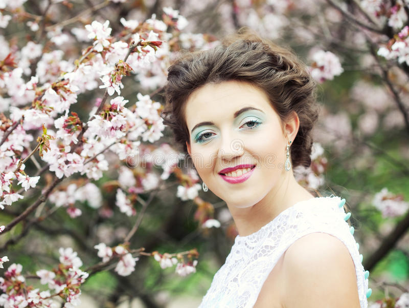 Download Mujer Joven Hermosa En El Jardín De La Primavera Imagen de archivo - Imagen de hada, hermoso: 42426405