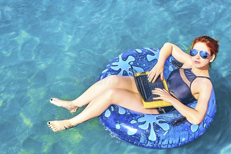Mujer joven hermosa en el mar imagen de archivo libre de regalías