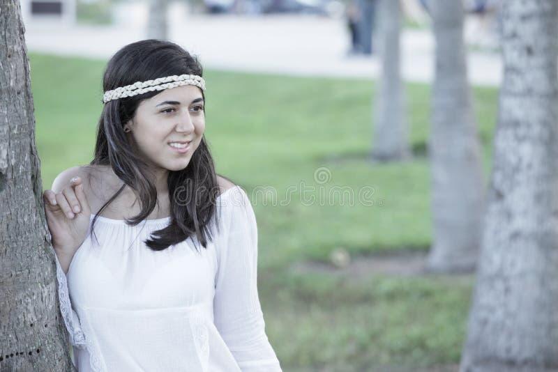 Mujer joven hermosa en el parque foto de archivo
