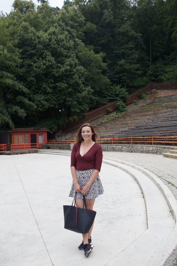 Mujer joven hermosa en el teatro al aire libre fotos de archivo